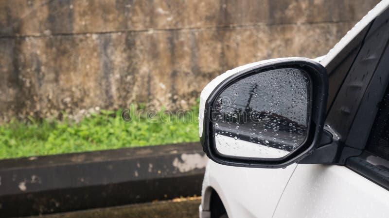 Sideview spegel med vattendroppe efter regn royaltyfri bild