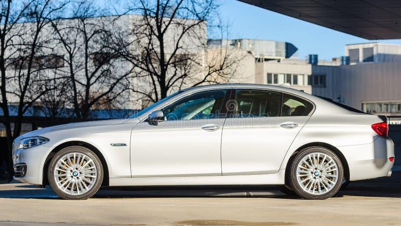 Sideview von neuen modernen vorbildlichen Limousinen BMWs 535i stockbilder