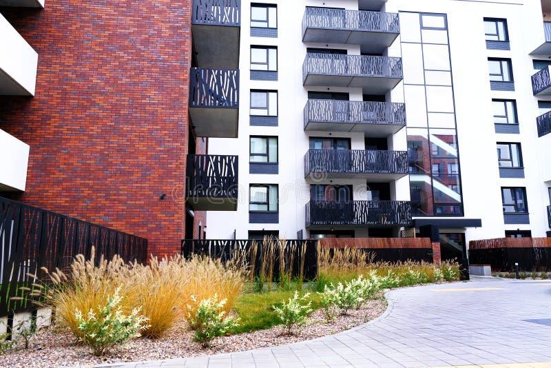 Sidewalk num átrio aconchegante de prédios modernos de apartamentos condominium Sem pessoas foto de stock royalty free
