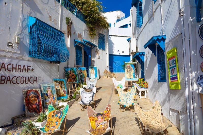 SIDI BOU DICHO, TÚNEZ - 11 DE DICIEMBRE DE 2018: Paisaje urbano con las casas coloreadas azules blancas típicas en la ciudad de v imagen de archivo libre de regalías