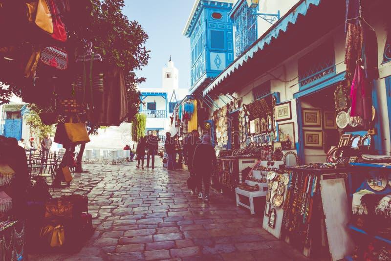 SIDI BOU DICHO, TÚNEZ - 11 DE DICIEMBRE DE 2018: Paisaje urbano con las casas coloreadas azules blancas típicas en la ciudad de v foto de archivo