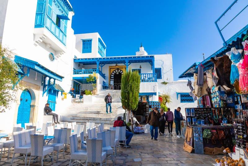SIDI BOU DICHO, TÚNEZ - 11 DE DICIEMBRE DE 2018: Paisaje urbano con las casas coloreadas azules blancas típicas en la ciudad de v fotos de archivo libres de regalías