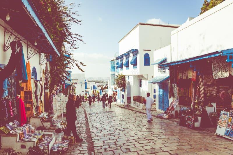 SIDI BOU DICHO, TÚNEZ - 11 DE DICIEMBRE DE 2018: Paisaje urbano con las casas coloreadas azules blancas típicas en la ciudad de v fotografía de archivo libre de regalías