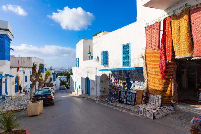 SIDI BOU DICHO, TÚNEZ - 11 DE DICIEMBRE DE 2018: Paisaje urbano con las casas coloreadas azules blancas típicas en la ciudad de v imagenes de archivo