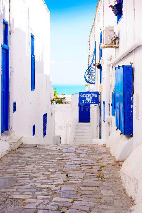 Sidi Bou Said Alley, calle pintoresca, callejón tunecino árabe de la arquitectura, de la muestra del hotel, blanco y azul imágenes de archivo libres de regalías