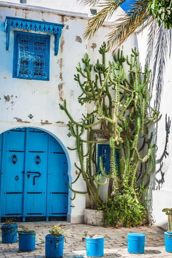 Sidi Bou Said - costruzione tipica con le pareti bianche, porte blu immagine stock libera da diritti