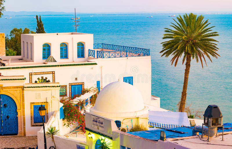 Sidi Bou Said, famouseby med traditionell tunisian arkitektur arkivfoto