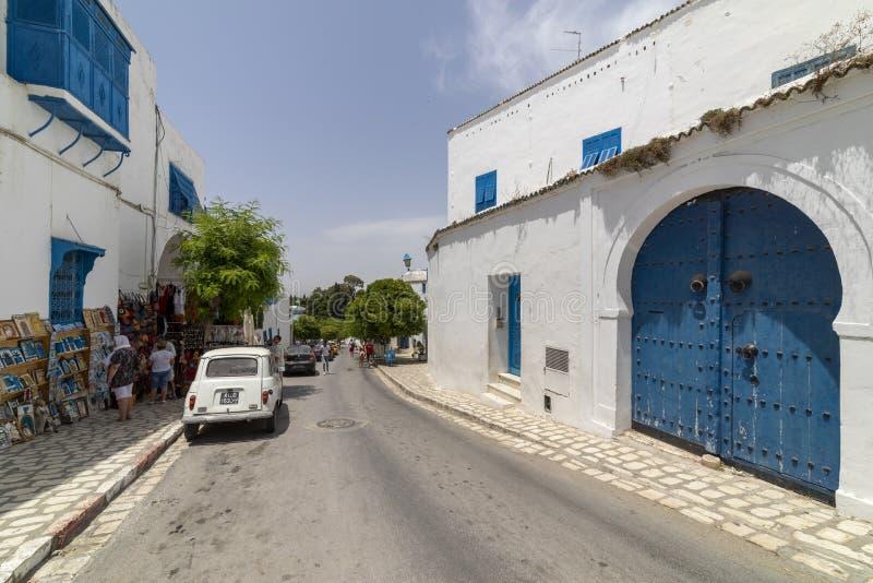 Sidi Bou Said, Tunisien, gränd med traditionella vita hus och blåa dörrar arkivbilder
