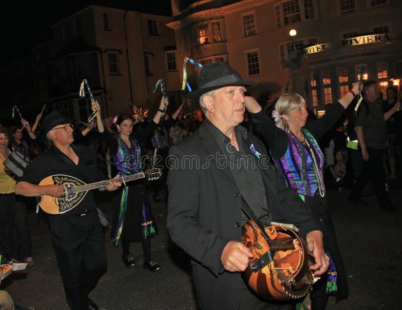 SIDMOUTH, DEVON, ANGLETERRE - 10 AOÛT 2012 : Un groupe de musiciens et les danseurs d'entrave habillés dans le mauve et le vert p photos libres de droits