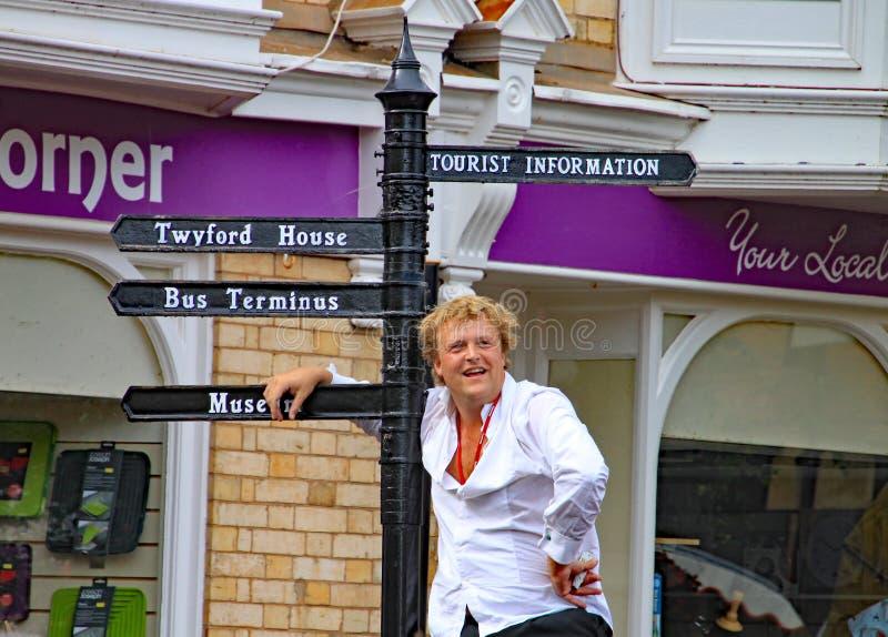 SIDMOUTH, DEVON ANGLIA, SIERPIEŃ, - 5TH 2012: Dwa ulicznego artysty estradowego i jugglers wykonują w rynku doceniający obraz stock