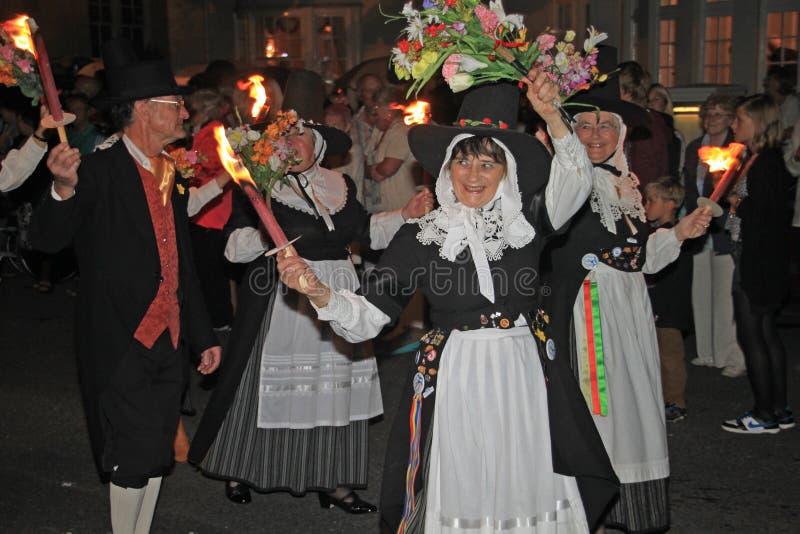 SIDMOUTH, DEVON ANGLIA, SIERPIEŃ, - 10TH 2012: Grupa Walijscy wykonawcy bierze udział w nighttime końcowym korowodzie lud fotografia stock
