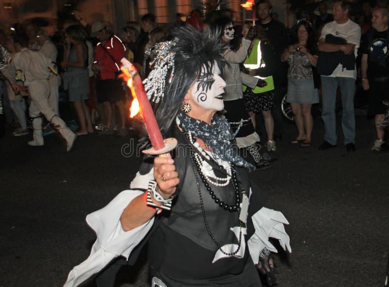 SIDMOUTH, DEVON, ENGELAND - AUGUSTUS TIENDE 2012: Een dans troup gekleed in zeer angstaanjagende zwart-witte kostuums neemt aan d royalty-vrije stock afbeeldingen