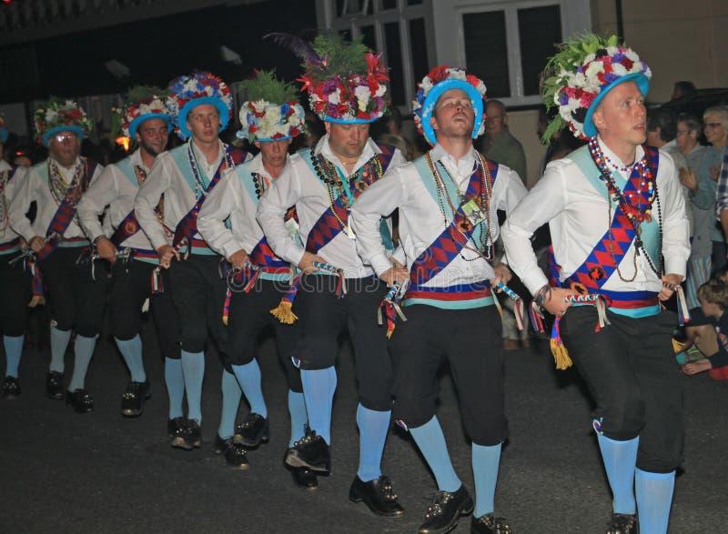SIDMOUTH, DEVON, ENGELAND - AUGUSTUS TIENDE 2012: Een troup van traditionele Engelse Morris-dansers neemt aan nacht het sluiten d royalty-vrije stock afbeeldingen