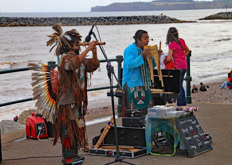 SIDMOUTH DEVON, ENGLAND - AUGUSTI 5TH 2012: Peruanska gatamusiker som spelar på promenaden på Sidmouth den årliga folk veckan arkivbilder