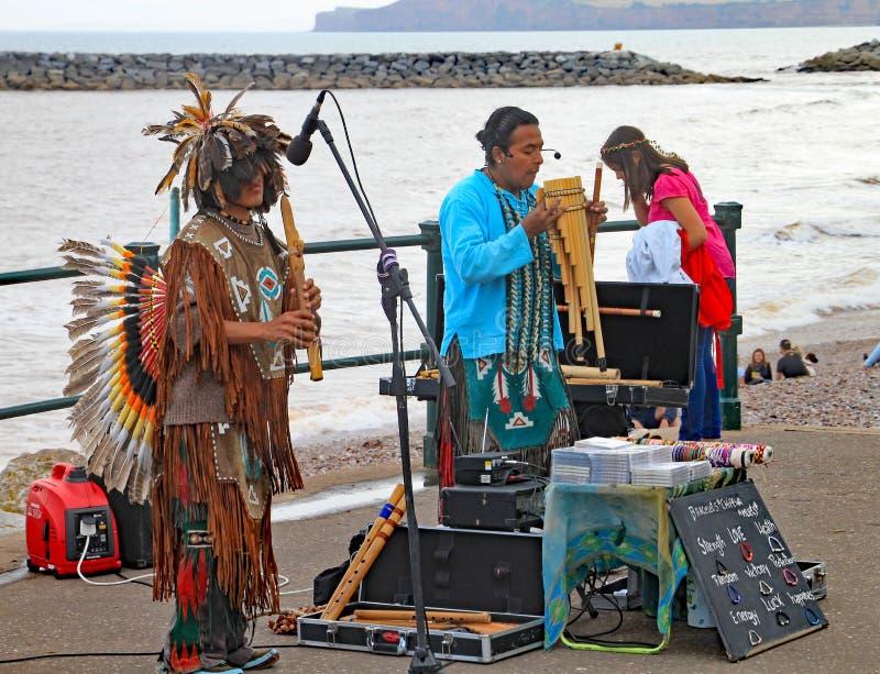 SIDMOUTH, DEVON, INGLATERRA - 5 DE AGOSTO DE 2012: Músicos peruanos da rua que jogam na esplanada na semana popular anual de Sidm foto de stock royalty free
