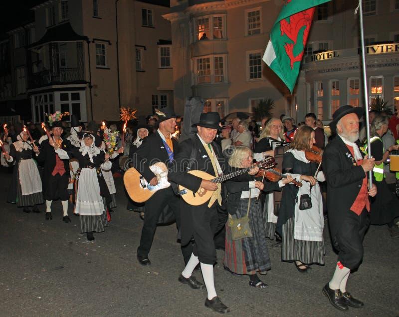 SIDMOUTH, DEVON, INGLATERRA - 10 DE AGOSTO DE 2012: Un grupo de ejecutantes Galés participa en la procesión de cierre de la noche foto de archivo libre de regalías