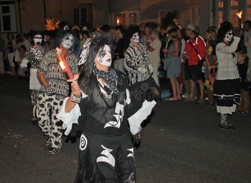 SIDMOUTH, DEVON, INGLATERRA - 10 DE AGOSTO DE 2012: Un troup de la danza vestido en trajes blancos y negros muy misteriosos parti fotos de archivo libres de regalías