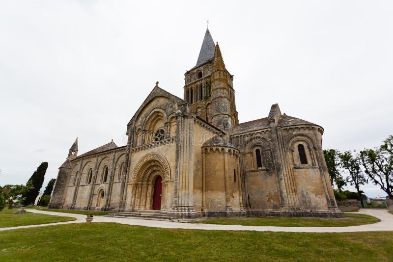 Sido-, abse- och tornsikter av Aulnay de Saintonge kyrktar royaltyfri bild