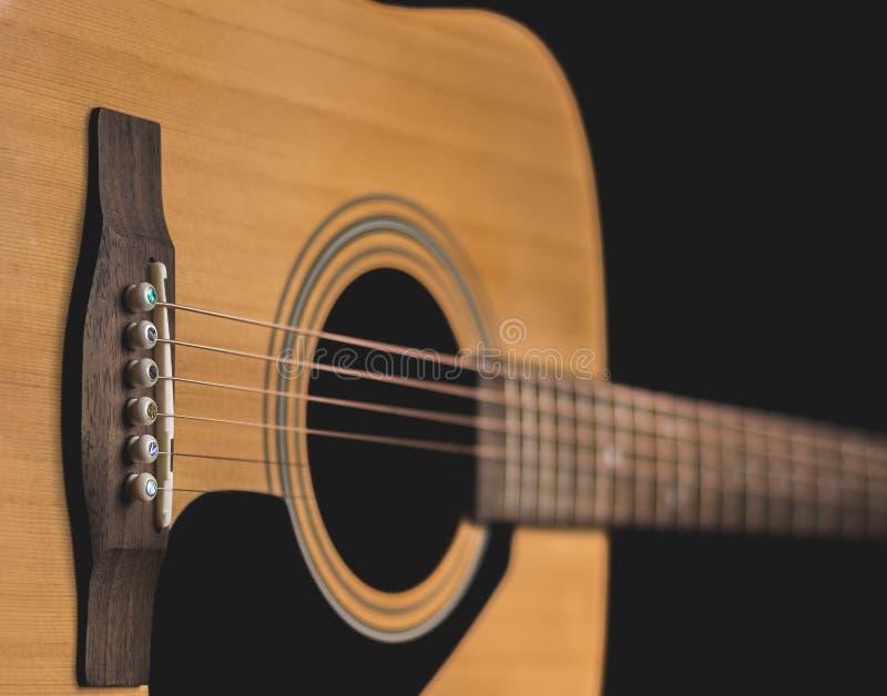 Sidoblick av den akustiska gitarren arkivfoton