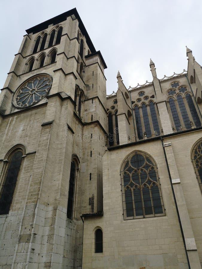 Sidofasadsikt av domkyrkan av St John det baptistiskt av Lyon och det Basilic av Notre Dame på bakgrunden, Frankrike arkivbilder