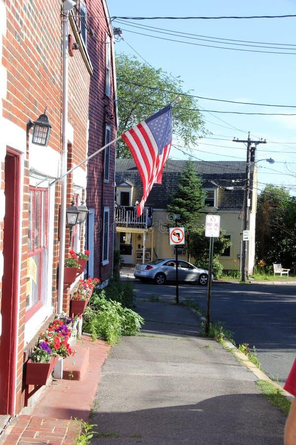 Sidogata med amerikanska flaggan i Beverly, Massatuchets arkivfoto