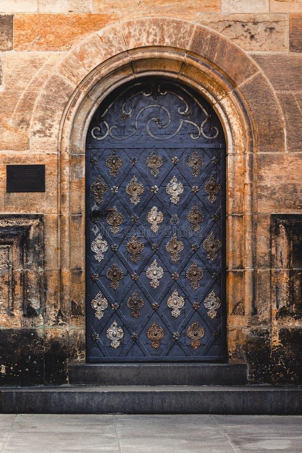 Sidoingång till det Prague helgonet Vitus Cathedral royaltyfria bilder