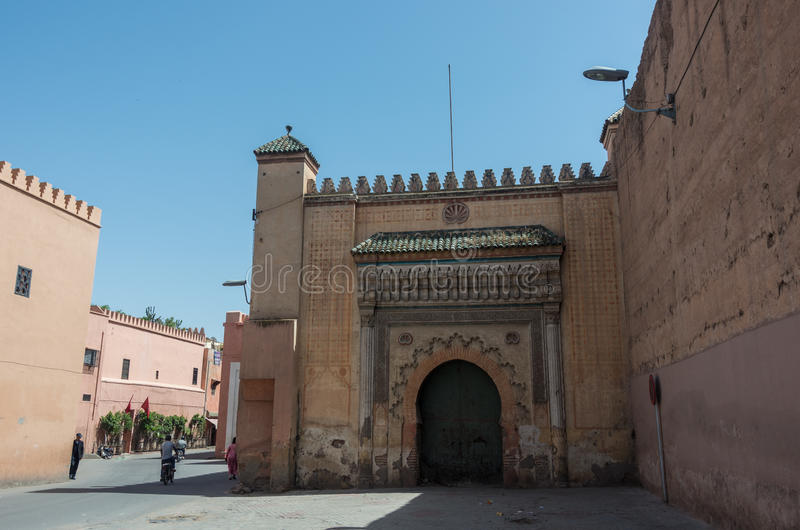 Sidoingång till Royal Palace i Marrakesh royaltyfri fotografi