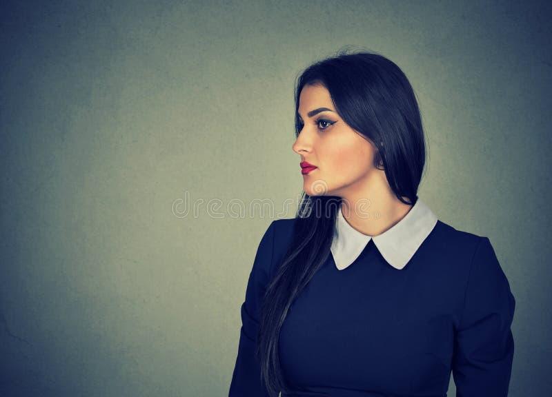Sidoprofil av en attraktiv kvinna royaltyfri foto