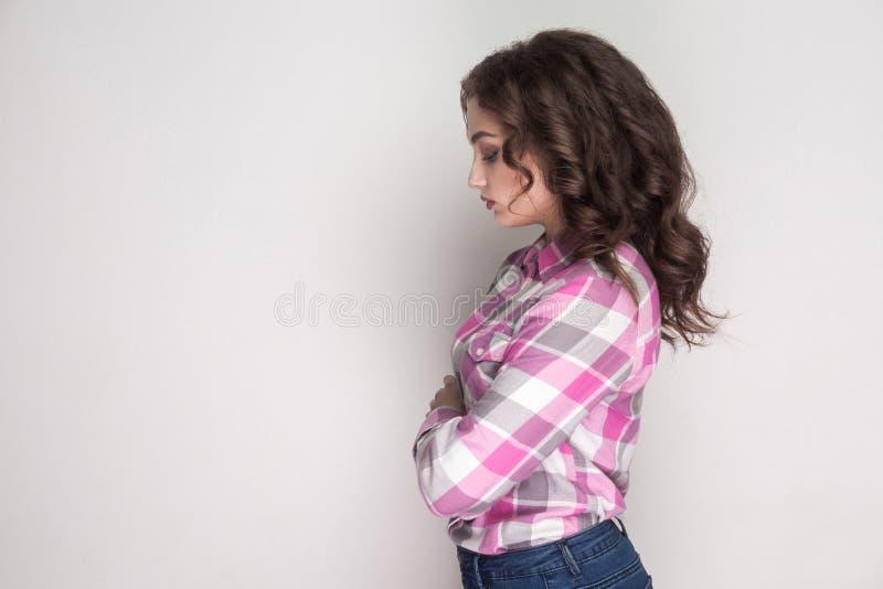 Sidoprofilsikt av den olyckliga ledsna flickan med den rosa rutiga skjortan, royaltyfria bilder