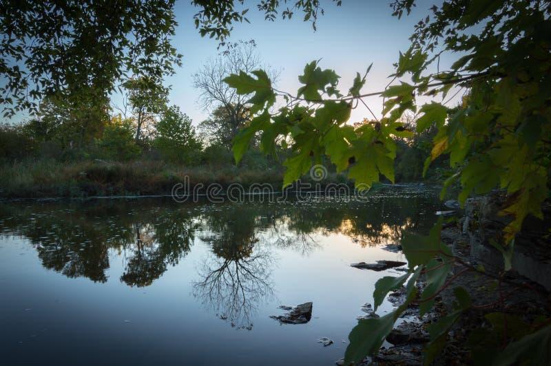 Sidor över floden i nedgång fotografering för bildbyråer