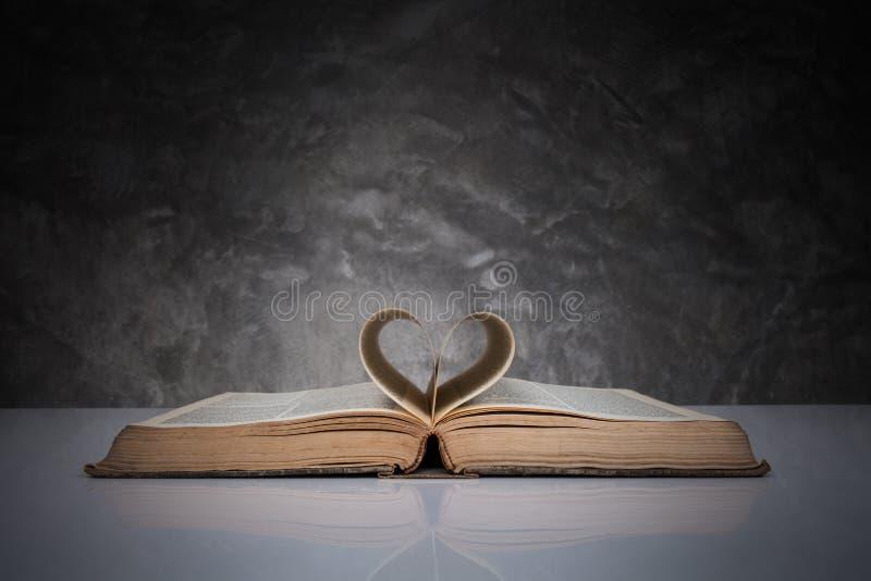 Sidor av en bok som bildar formen av hjärtan arkivfoto