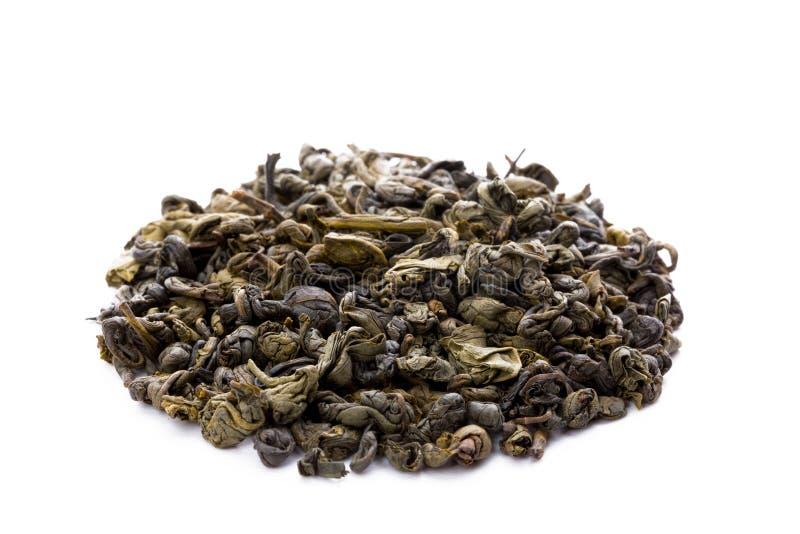 Sidor av grönt kinesiskt gunpowder te som isoleras på den vita backgrouen royaltyfri foto