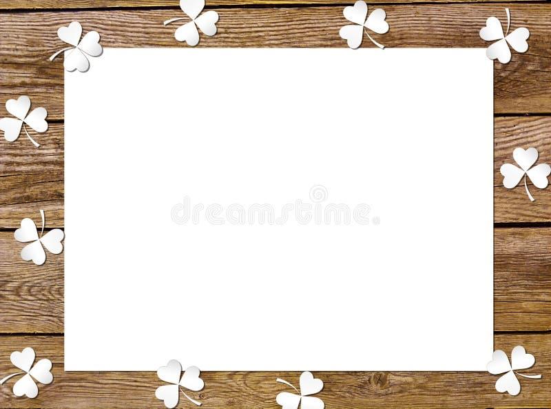 Sidor för växt av släktet Trifolium för bakgrundspapper på de gamla träbrädena Symbol för ferie för dag för StPatrick ` s royaltyfri bild