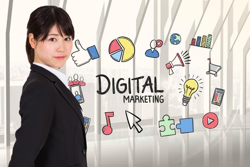 Sidosikt av affärskvinnan med digitala marknadsföringsdiagram royaltyfria bilder