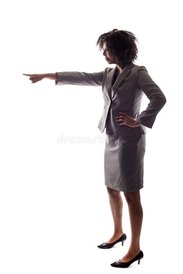 Sidosikt av affärskvinnan som framåtriktat pekar royaltyfri fotografi