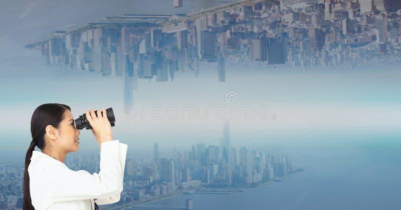 Sidosikt av affärskvinnan som ser den uppochnervända staden till och med kikare royaltyfria foton