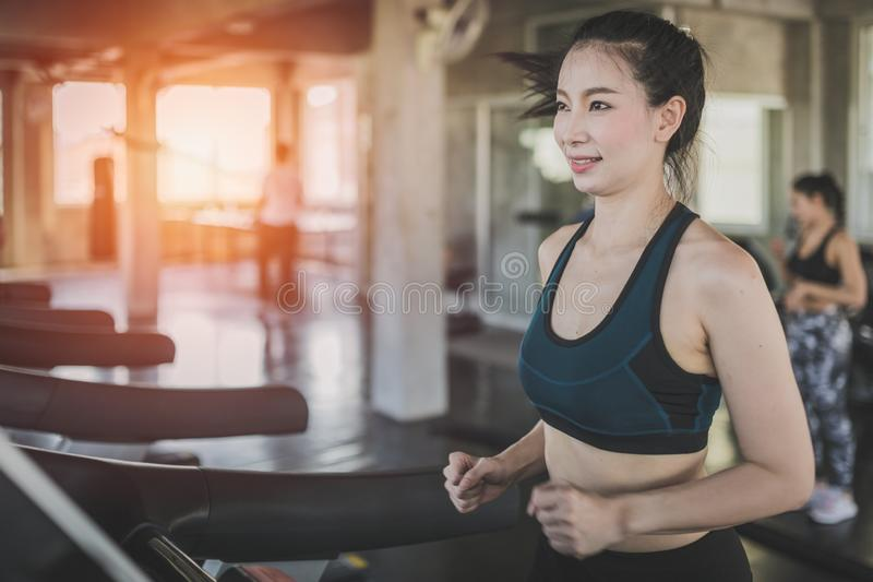 Sidosikt av attraktiva sportkvinnor p? rinnande sp?r Sunt sportar, livsstil, konditionbegrepp fotografering för bildbyråer