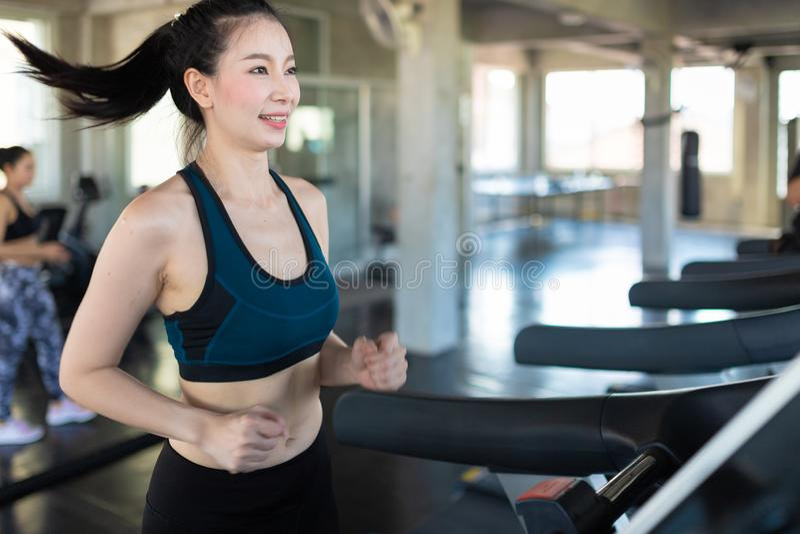 Sidosikt av attraktiva sportkvinnor p? rinnande sp?r Sunt sportar, livsstil, konditionbegrepp arkivbilder