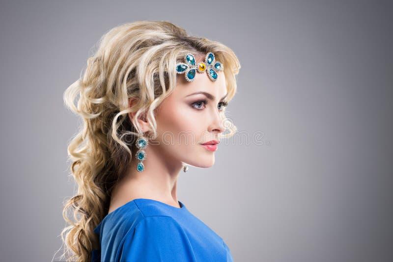 Sidosikt av bärande safirtillbehör för ursnygg flicka fotografering för bildbyråer