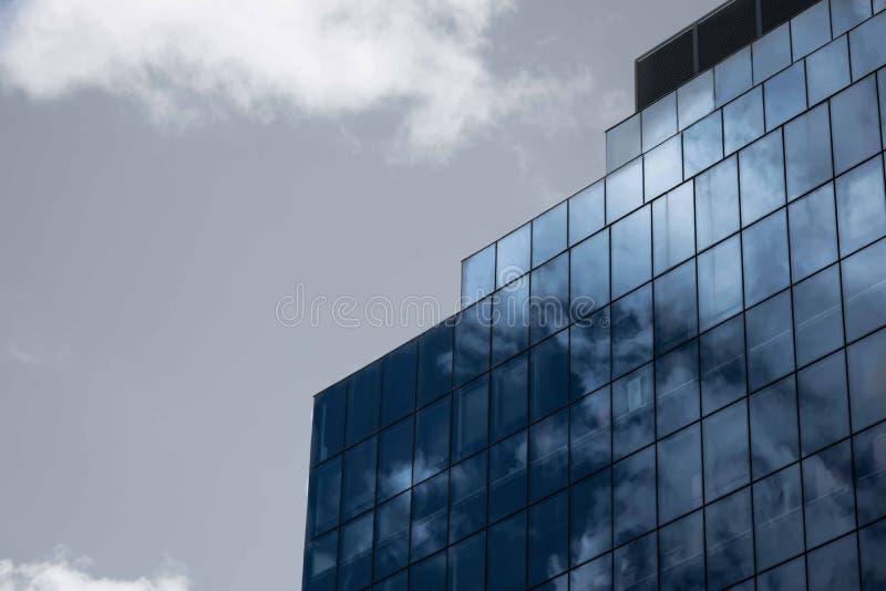 Sidosikt av byggnad för modern design för A royaltyfria bilder