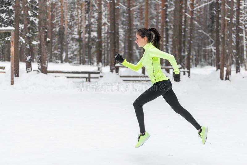 Sidosikt av den aktiva sportiga unga rinnande kvinnalöpareidrottsman nen med vikt för förlust för kondition för sport för kopieri royaltyfri foto