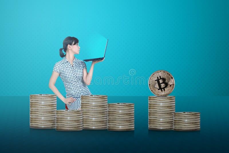 Sidosikt av den asiatiska affärsmannen med bärbar datorsammanträde med bitcoin arkivfoton
