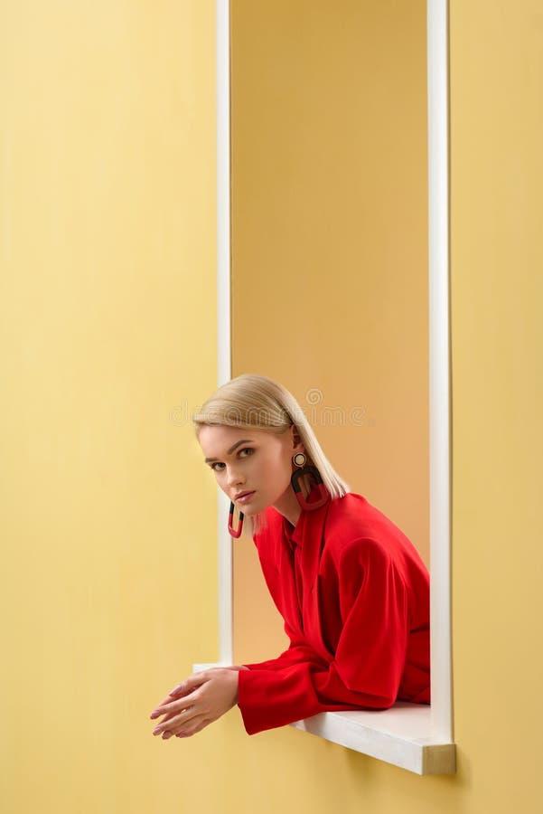 sidosikt av den blonda stilfulla kvinnan arkivfoto
