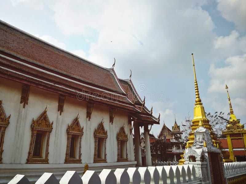 sidosikt av den gamla templaen av Thailand arkivbilder