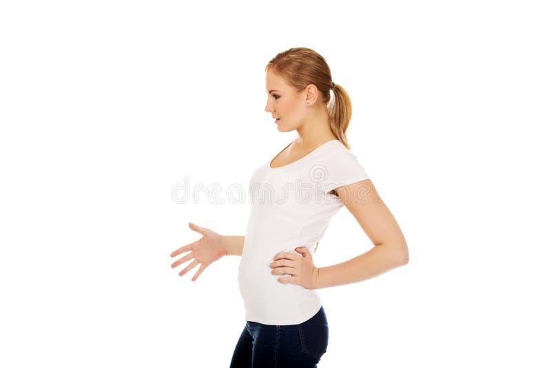 Sidosikt av den gravida tonårs- kvinnan royaltyfria foton