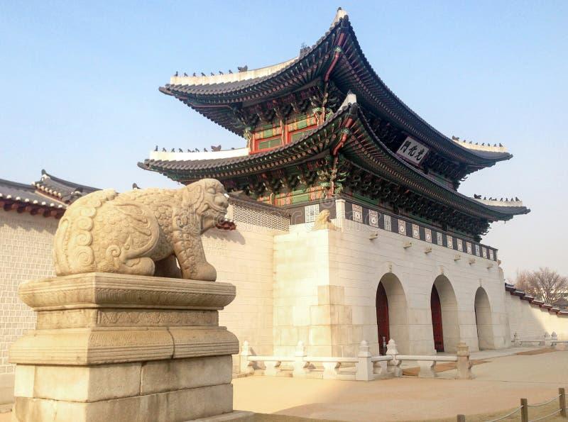 Sidosikt av den Gwanghwamun porten arkivfoton
