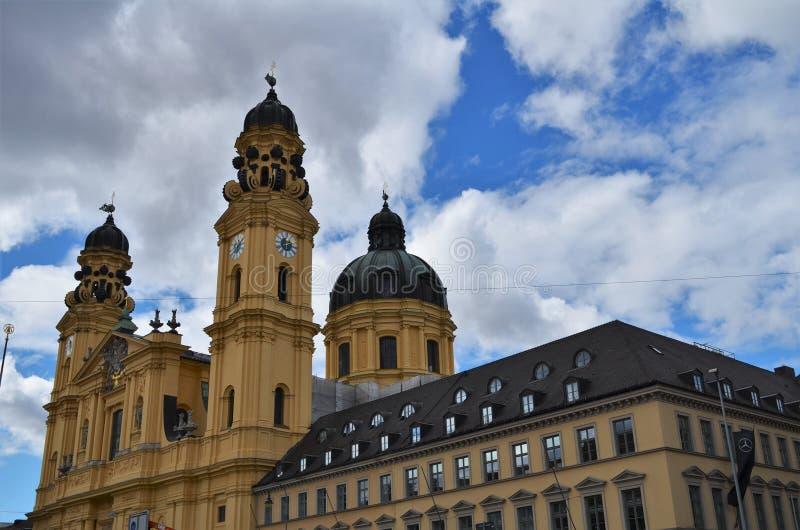 Sidosikt av den härliga Theatinerkirchen i Munich i Tyskland arkivbild