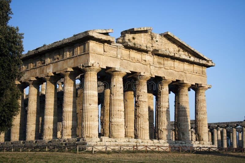 Sidosikt av den Hera templet i Paestum, Italien arkivbilder