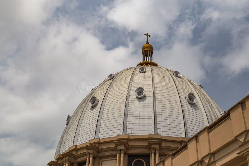 Sidosikt av den huvudsakliga kupolen av basilikan av vår dam av fred med inställningssolen till det västra arkivfoton