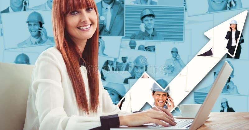 Sidosikt av den idérika affärskvinnan som använder bärbara datorn med grafer fotografering för bildbyråer